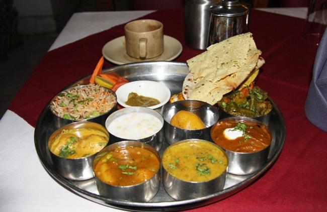 aroma-vegetarian-restaurant-maharaja-thali-varanasi